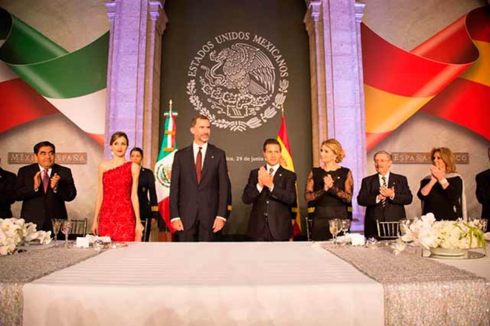 El mandatario mencionó que otorgó a los reyes de España la condecoración del Águila Azteca en su grado de collar, que es la máxima distinción que el país otorga a los extranjeros por sus prominentes servicios prestados a la nación mexicana o a la humanidad.
