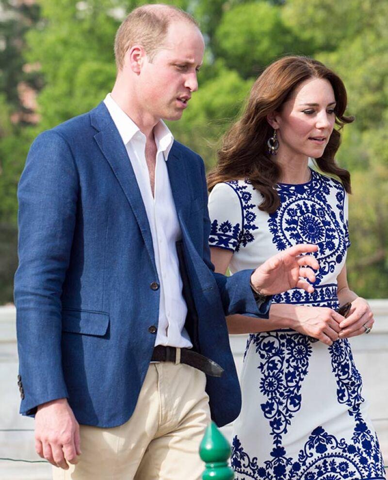 La duquesa lució sus aretes con este vestido del diseñador indio Naeem Khan, durante su visita al Taj Mahal.