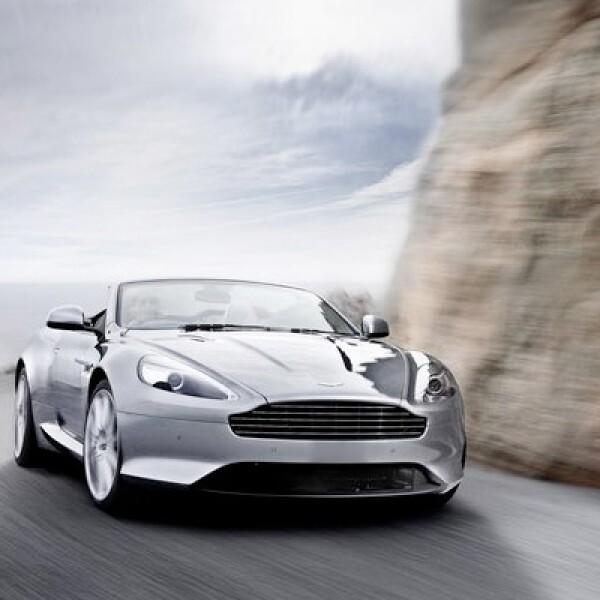 El deportivo es impulsado por un motor V12 de 6 litros, que desarrolla 490 caballos de potencia, acoplado con una transmisión automática.