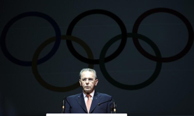 Jacques Rogge dijo que las finanzas del COI son sólidas y añadió que la entidad tiene un excedente consolidado de 592 millones de dólares para mayo de 2011. (Foto: AP)