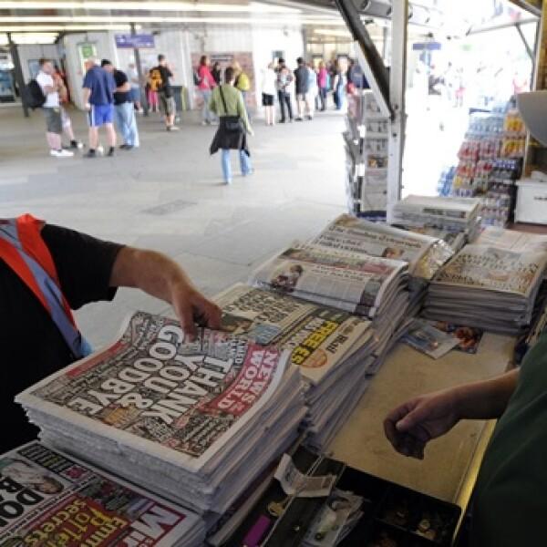 un hombre compra el ultimo ejemplar del tabloide news of the world