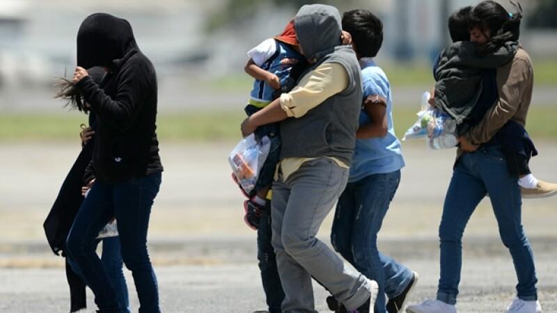 Varios migrantes deportados de Estados Unidos llegan al aeropuerto de Guatemala