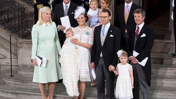 La princesa heredera Victoria de Suecia bautizó al más pequeño de sus hijos el 27 de mayo. Entre los momentos más tiernos: un dulce abrazo entre las princesas Estelle y Leonore que robó el spotlight.