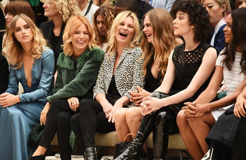 Kate Moss también estuvo presente en primera fila, riendo y compartiendo divertidos momentos con su BFF, Cara.