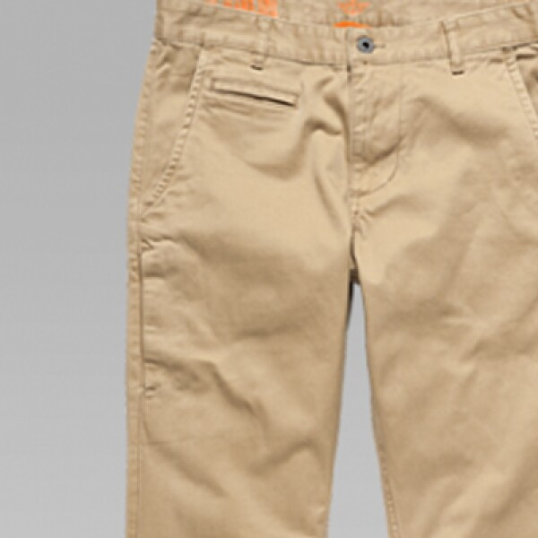 Los pantalones chinos de algodón y en colores claros son la prenda fundamental por su versatilidad para combinarse con tonos oscuros y sacos.