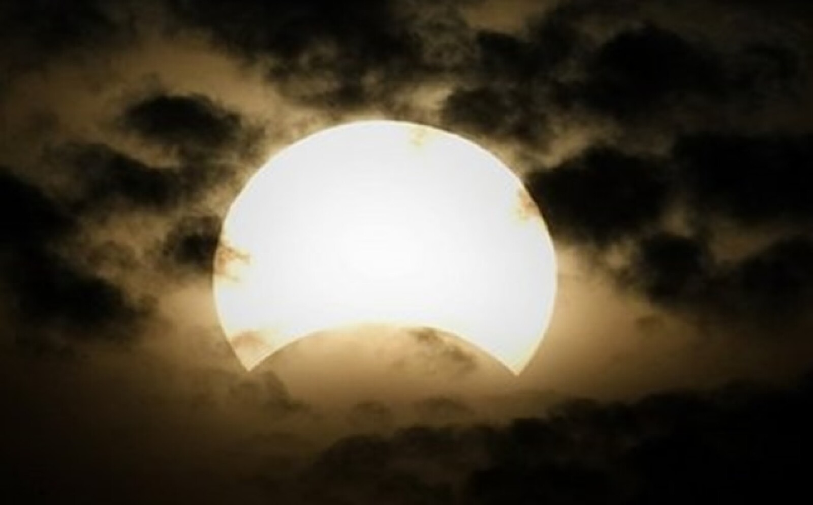 Los astros se fundieron al pie de de los ojos de millones de personas.