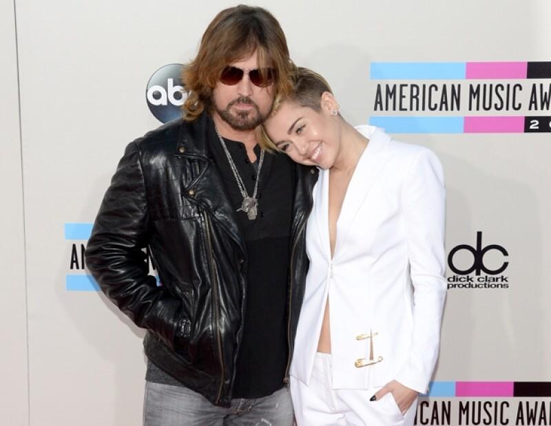 El famoso cantante de música country, Billy Ray Cyrus, tomó Twitter para dar la noticia, aunque no especificó cuál de sus hijos lo convertirá en abuelo.