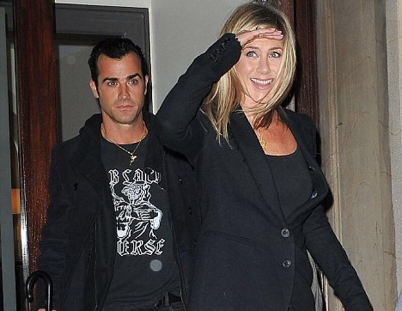 Jennifer Aniston fue captada por los paparazzi saliendo de un departamento en Manhattan donde presenció el lanzamiento de una línea de ropa.Ella estaba acompañada por su novio Justin Theroux.