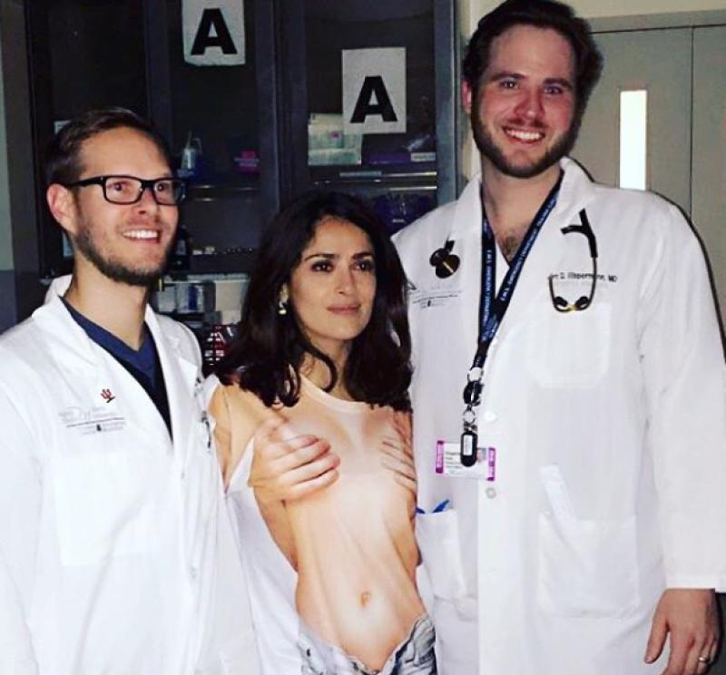 Al final, Salma posó junto a sus doctores.