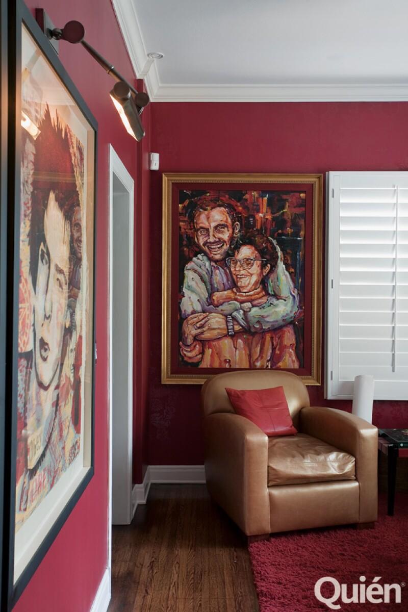 El pasillo favorito. En él tiene cuadros de Fidel Castro, Mao Tse Tung, del sub comandante Marcos y de Sid Vicious. Al fondo, uno de él con su mamá, Olga.