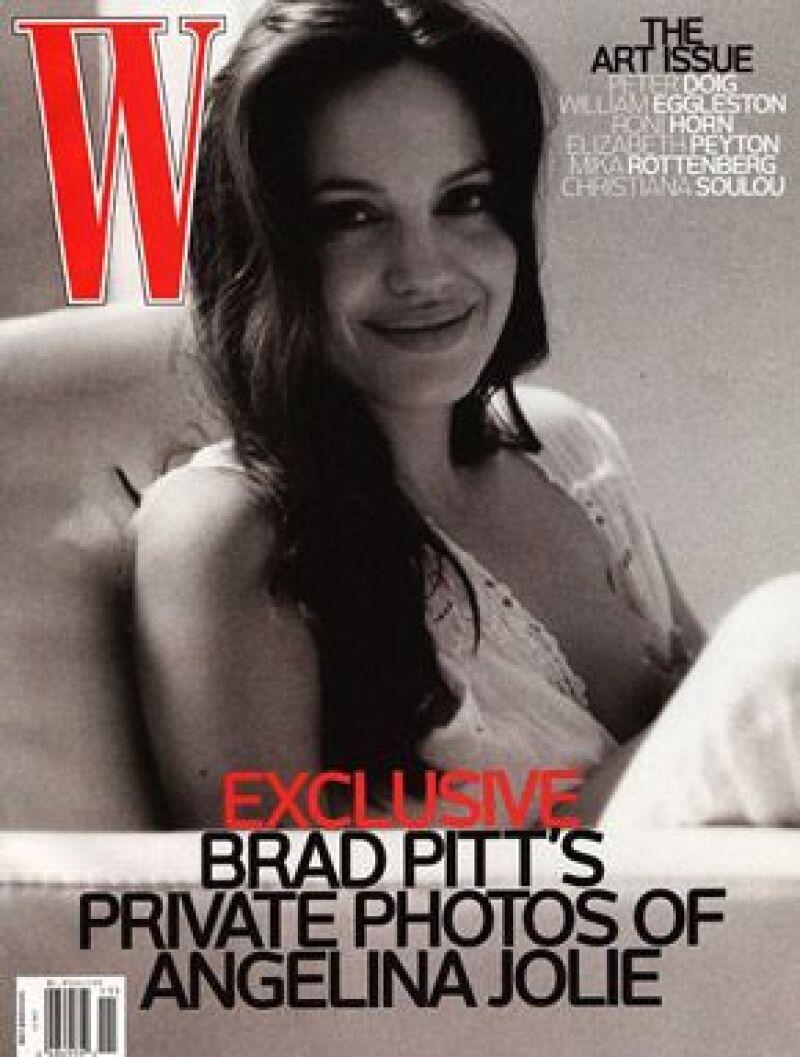 Una revista estadounidense muestra a la actriz alimentando a uno de sus mellizos; las fotografías fueron tomadas por Brad Pitt.