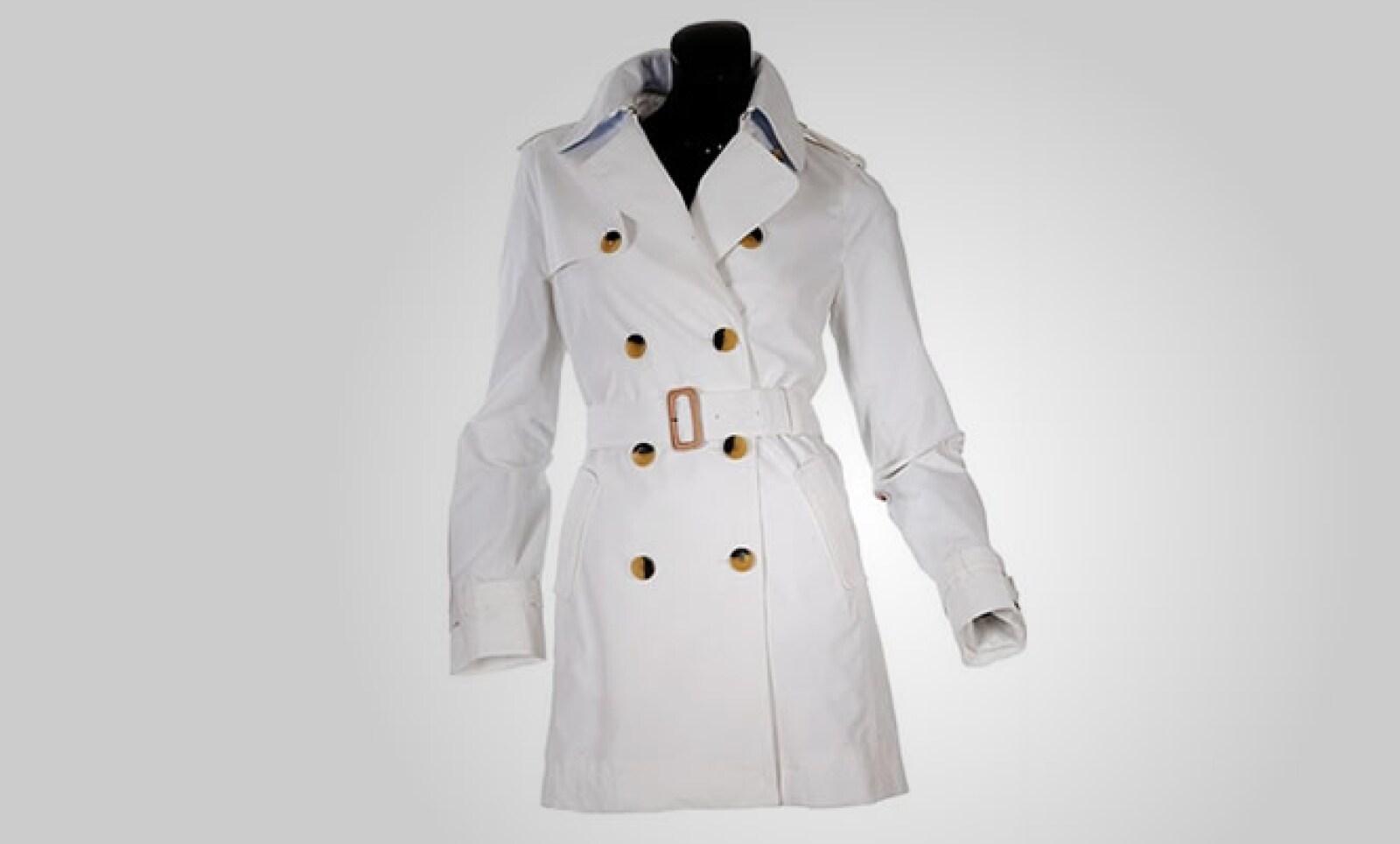 Para ellas, este abrigo en algodón blanco combina a la perfección estilo y lujo.