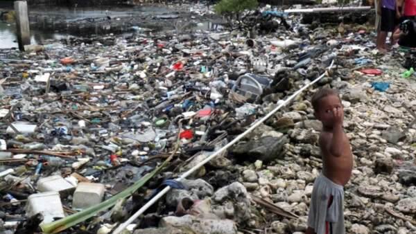 Alrededor de 8 millones de toneladas de plástico entran al medio marino cada año.