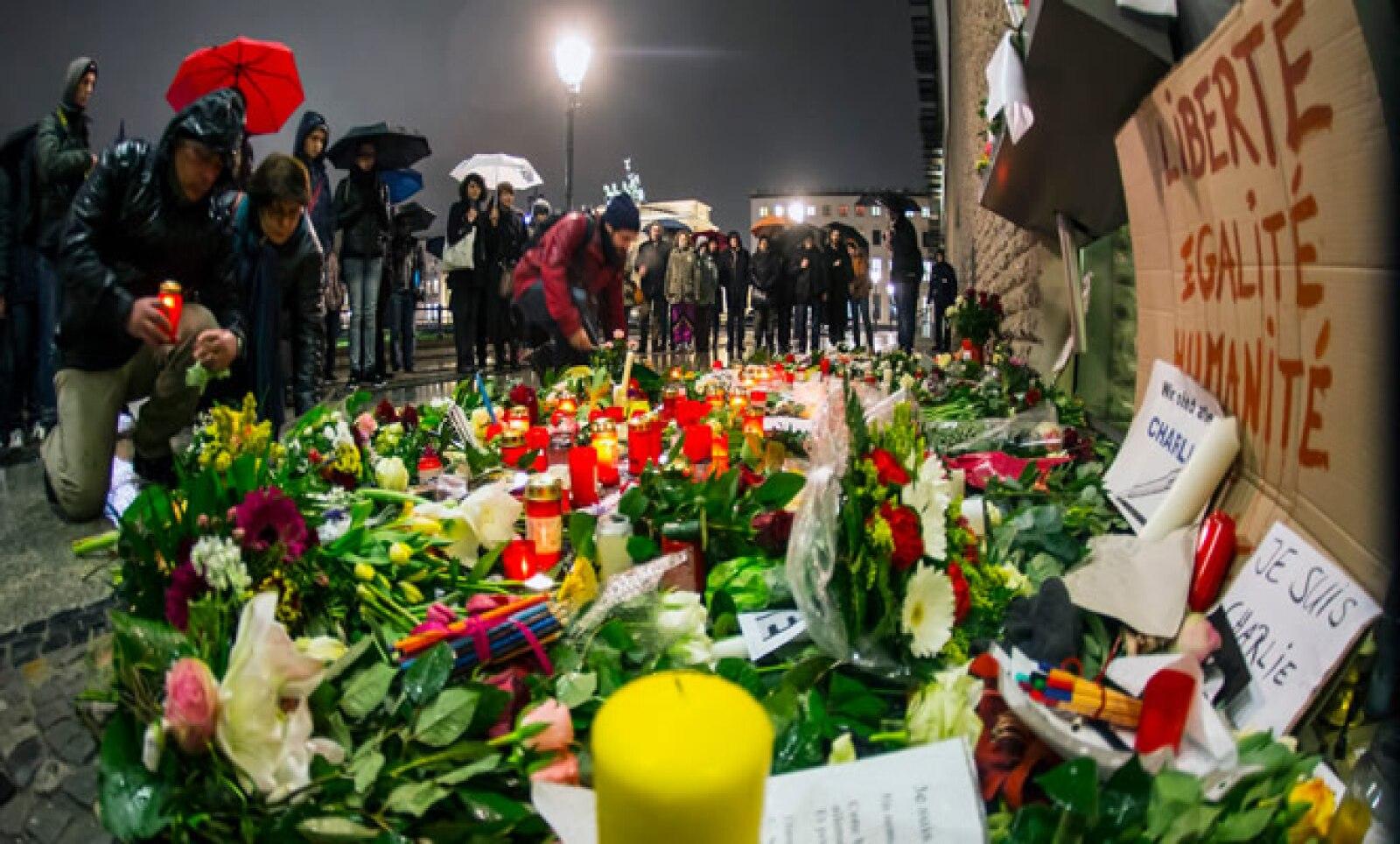 Miles de personas depositaron flores y veladores en la Plaza de París, ubicada en la ciudad de Berlín.