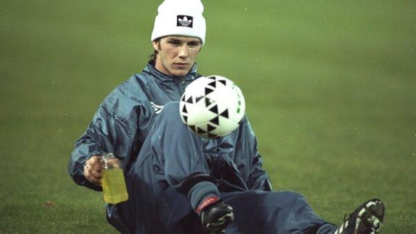 David Robert Joseph Beckham debutó como futbolista profesional en el equipo británico Manchester United en el año 1995. Aquí lo vemos en un entrenamiento para la Champions League en 1996.