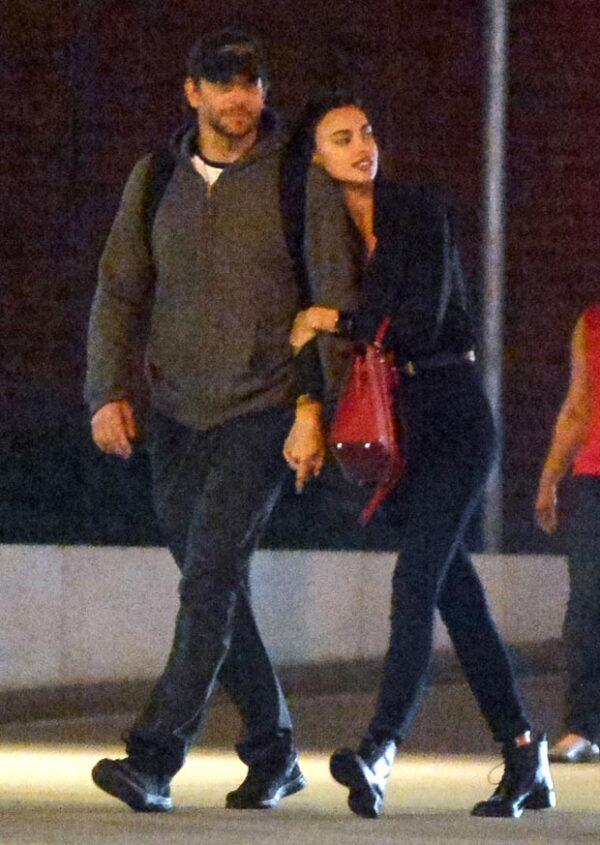 Las dos celebs fueron captadas en un plan muy cariñoso e Irina tomaba del brazo a Bradley de manera muy afectuosa.