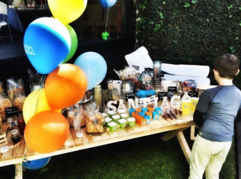 Santi festejó su cumpleaños con dulces, pastel y piñata.