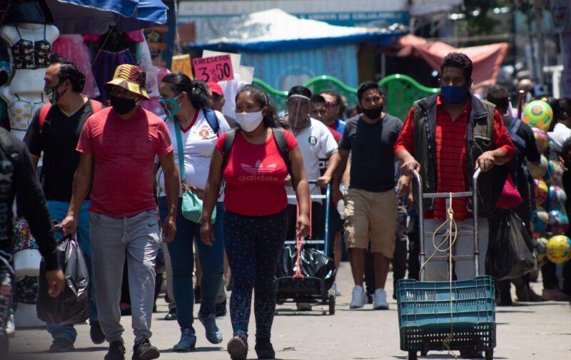 """Ente medidas sanitarias de la """"nueva normalidad"""" y aún en semáforo rojo, personas asisten al mercado de la Merced"""