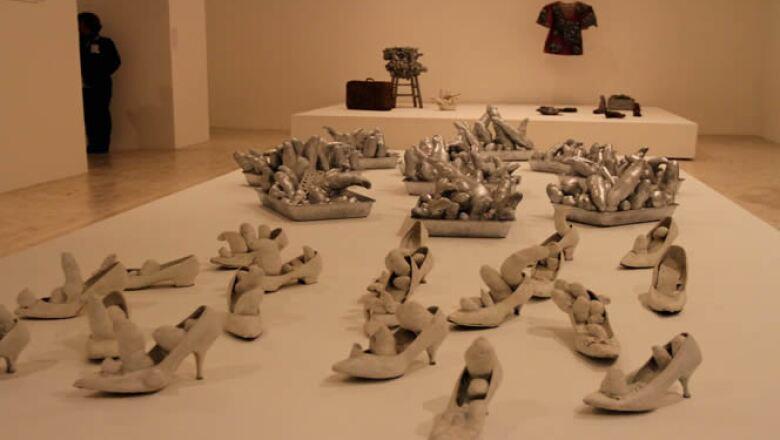 La exposición que se encuentra en su última semana en México comprende las obras creadas por la artista entre 1949 y 2013, que van desde la pintura hasta el performance y el estudio de calle.