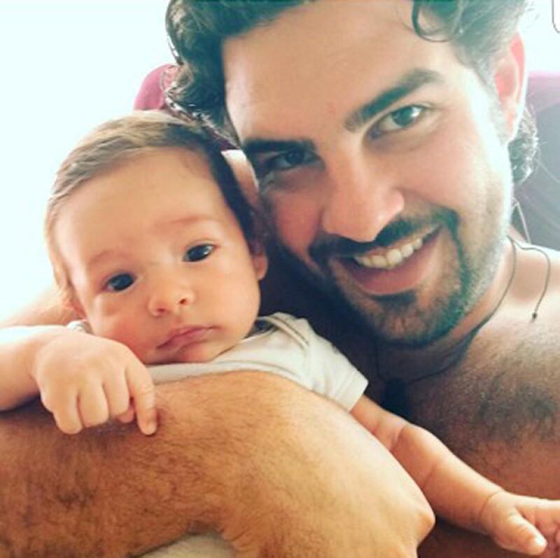Una foto que el cantante compartió en sus redes sociales ha comenzado a circular, en donde se muestra un emotivo momento entre padre e hijo.