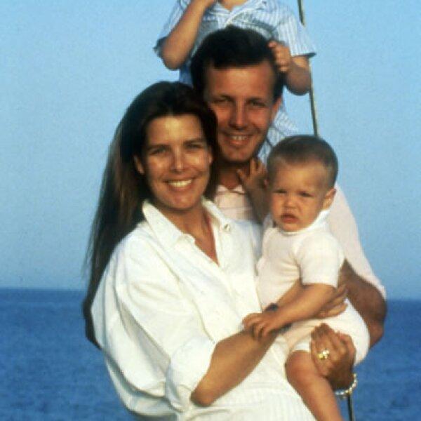 En una foto de 1987 con su padre, madre y hermana. Stefano murió tres años después en un accidente náutico.