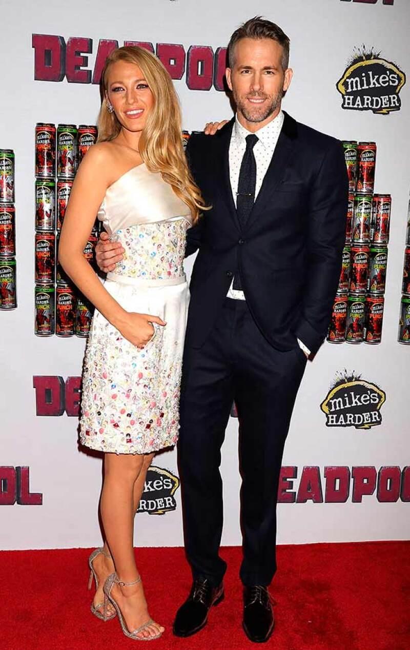 """La pareja asistió la noche de ayer a un evento promocional de la cinta """"Deadpool"""", en la que derrocharon amor y glamour. ¿Dónde habrán dejado a su pequeña James?"""
