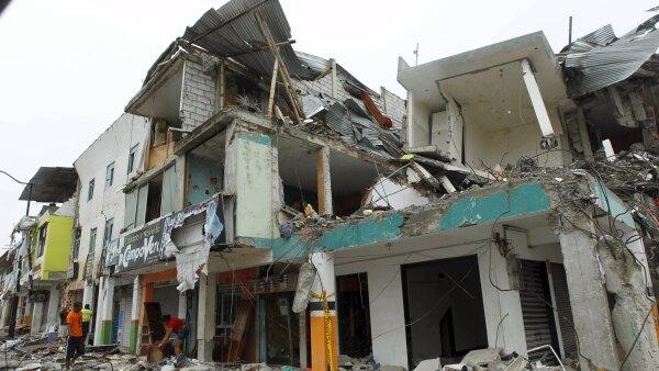 El gobierno de Ecuador reportó que hay más de 1,000 edificaciones destruidas por el sismo ocurrido en días pasados.