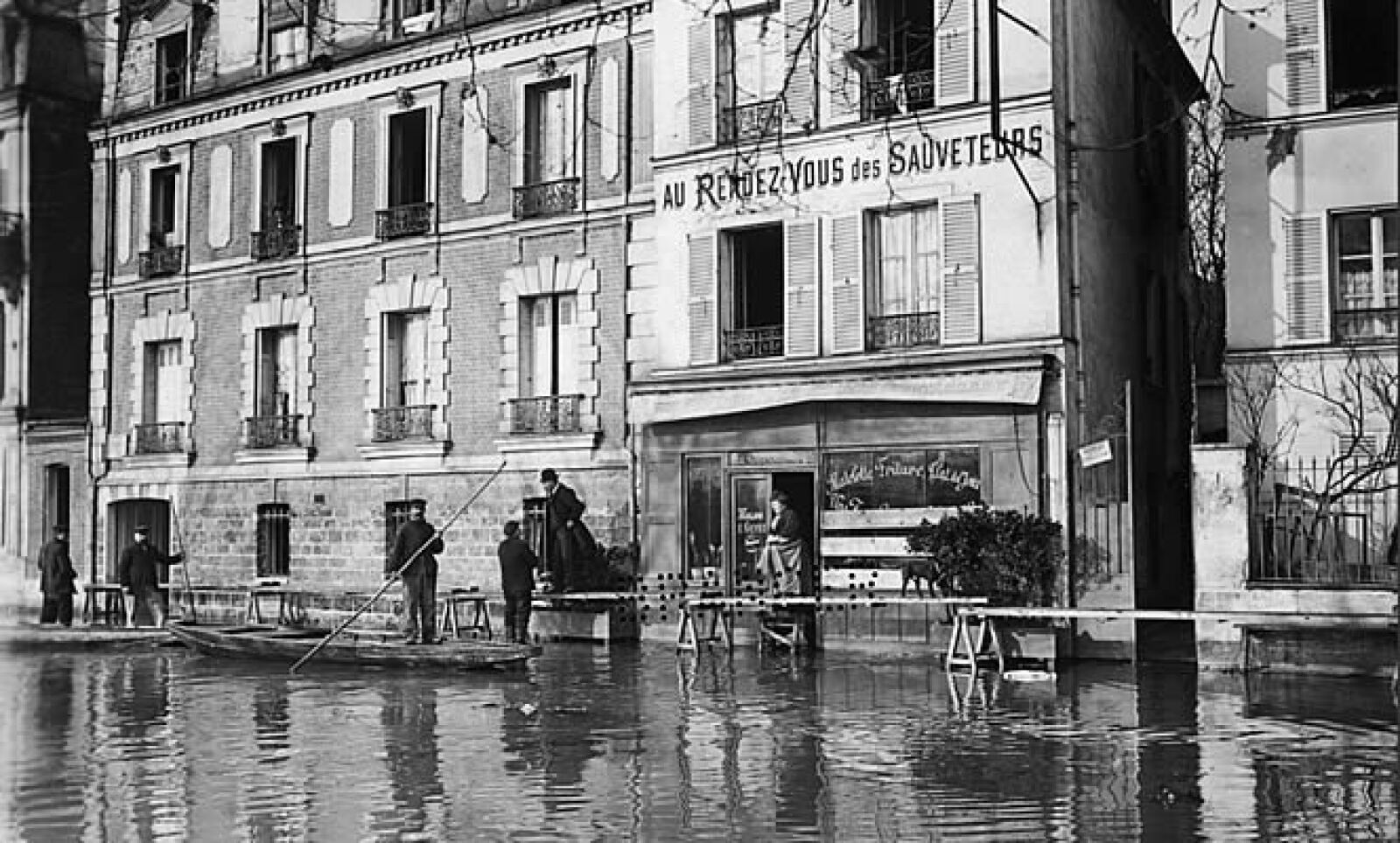 Más de 14,000 edificios fueron afectados por la aguas, se estimó que las pérdidas económicas ascendían los 380 millones de dólares.