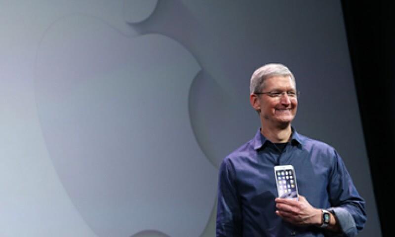 Tim Cook logró cambiar su imagen fría e inexpresiva de las últimas presentaciones. (Foto: Getty Images)