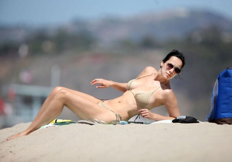 Luciendo un entallado bikini dorado, la actriz mexicana de 38 años disfrutó en solitario de arena y sol californianos, aprovechando el caluroso clima de la ciudad.