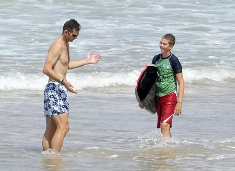La vida sigue... Aquí Iñaki Urdangarin pasando el día con su hijo mayor, Juan Valentín, en la playa.