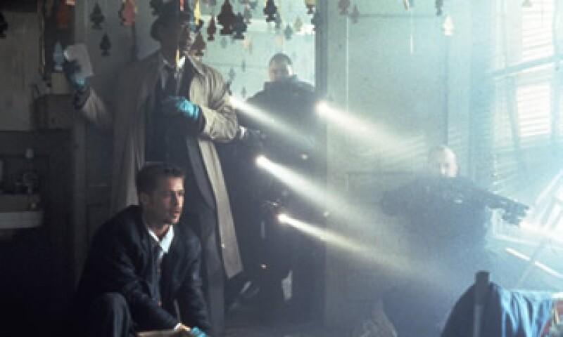 Brad Pitt (izquierda) en una de las escenas de Seven, que consolidó al reparto y a su director (Foto: Getty Images/Archivo )