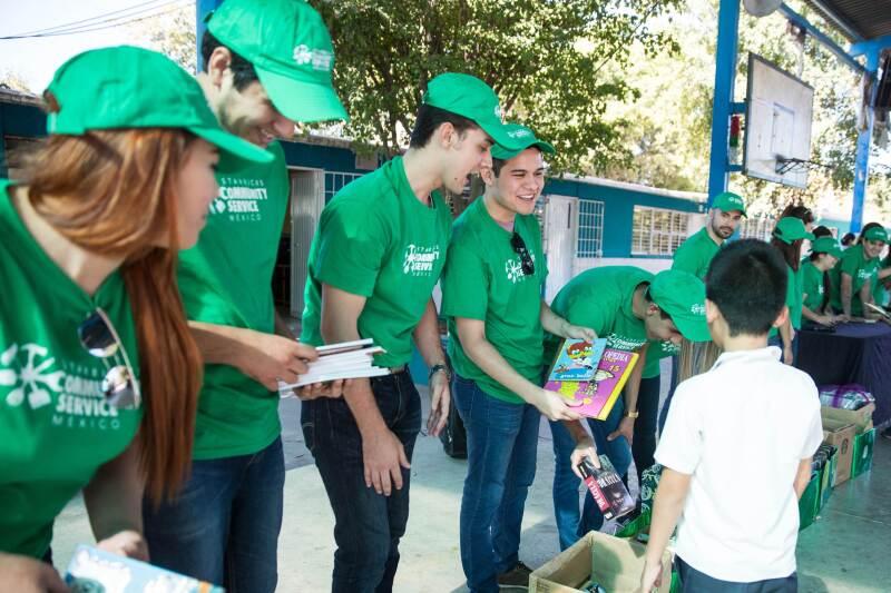 Donación de libros en el Mes Mundial de Servicio Comunitario