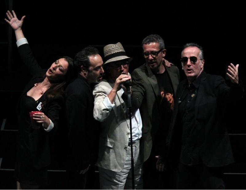 El cantautor español complació a 10 mil fans con música y poemas en el Auditorio Nacional.
