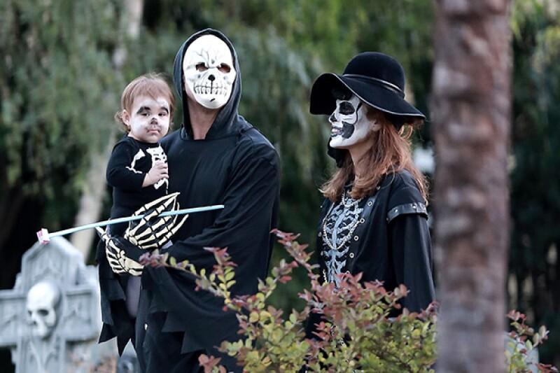 Ryan Gosling y Eva Mendes fueron captados pidiendo dulces en Halloween con su hija Esmeralda.