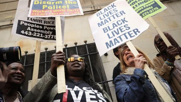 Al menos una docena de personas se pronunciaron contra el veredicto judicial en la ciudad, a un año de la muerte del joven afroamericano.