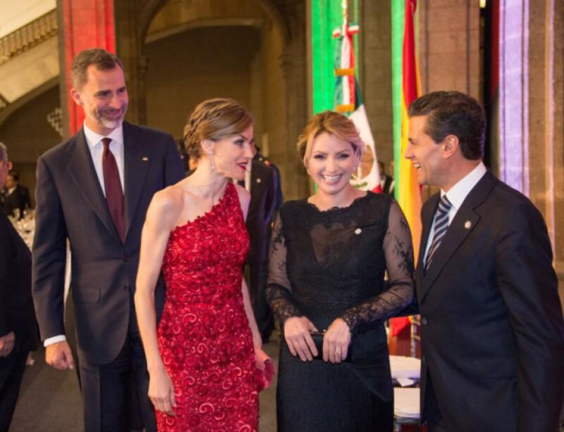 Mientras que Letizia optó por un vestido rojo del diseñador Felipe Varela, Angélica Rivera eligió uno de Alexia Ulibarri.