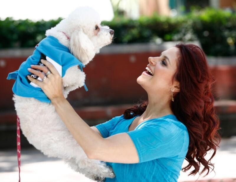 Mónika correrá con su perrita Zirze, una french poodle con la que tiene seis meses.