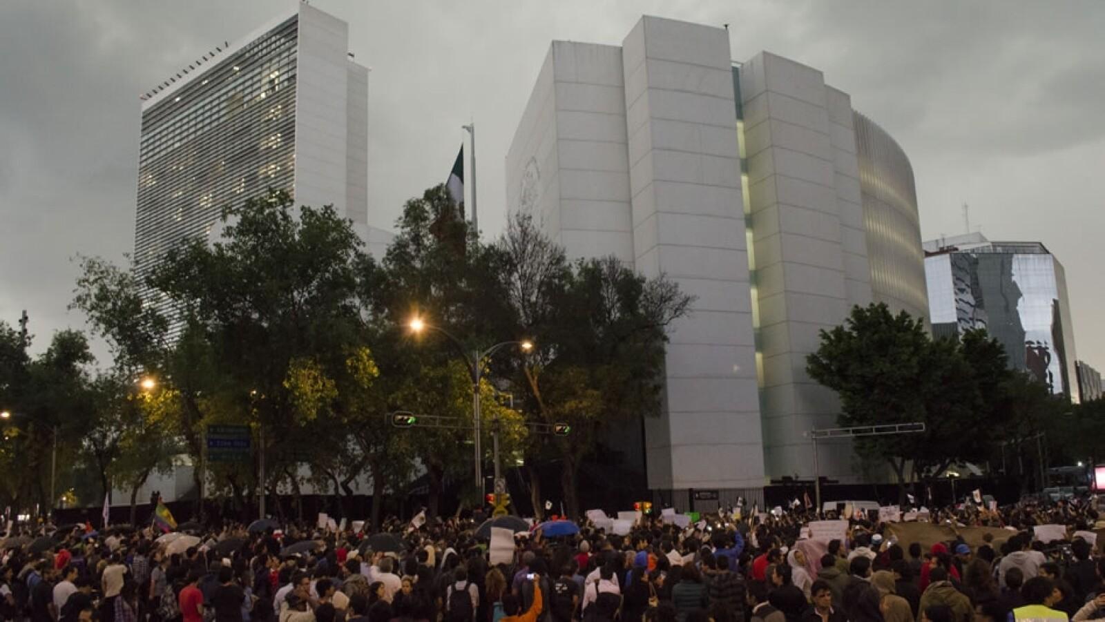 El grupo de manifestantes llegó al Senado de la República para dar a conocer su postura ante los legisladores