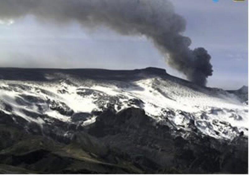 El volcán de Islandia ha hecho erupción durante una semana, afectando las operaciones en aeropuertos no sólo de Europa. (Foto: AP)