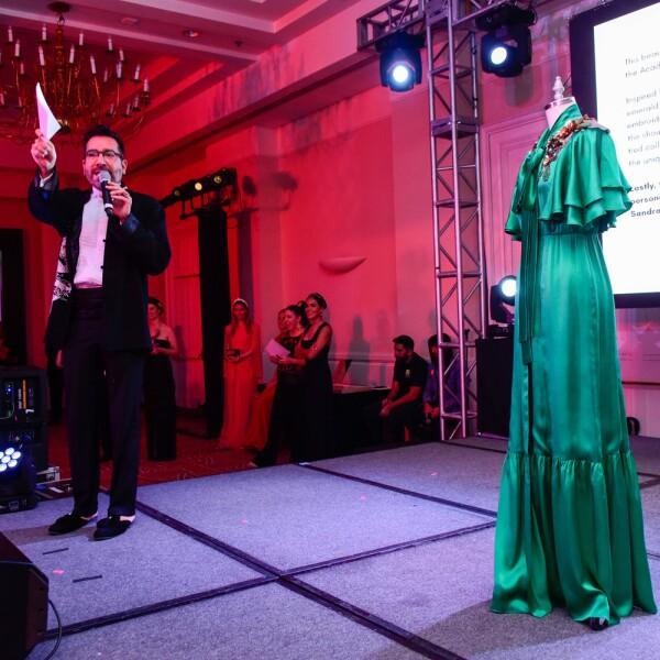 Memo Martinez con vestido de Sandra Weil.jpg