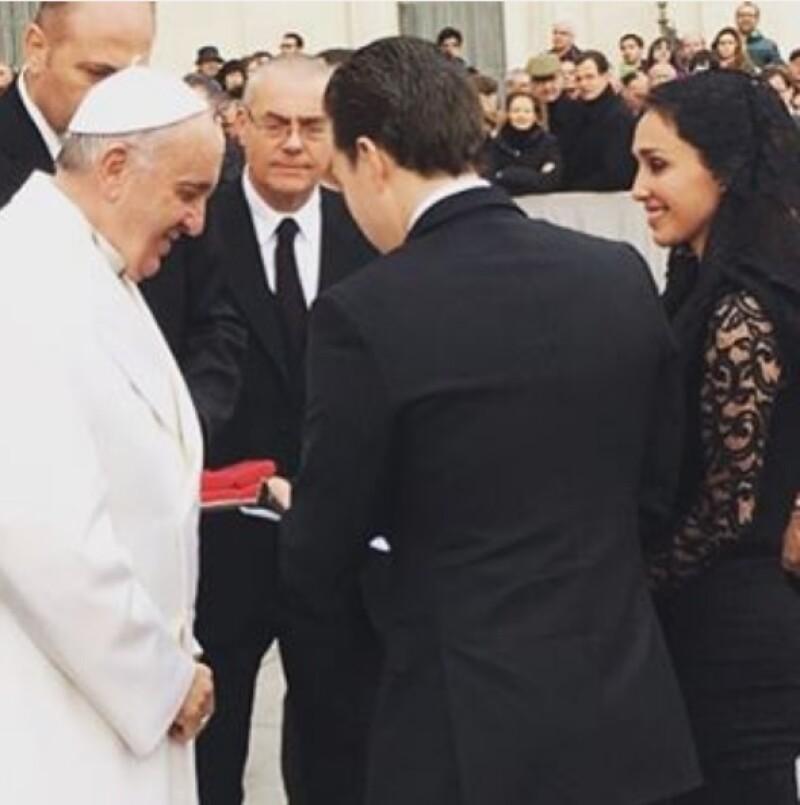 El gobernador de Chapas y la cantante representando al pueblo Chiapaneco en su visita al Papa.