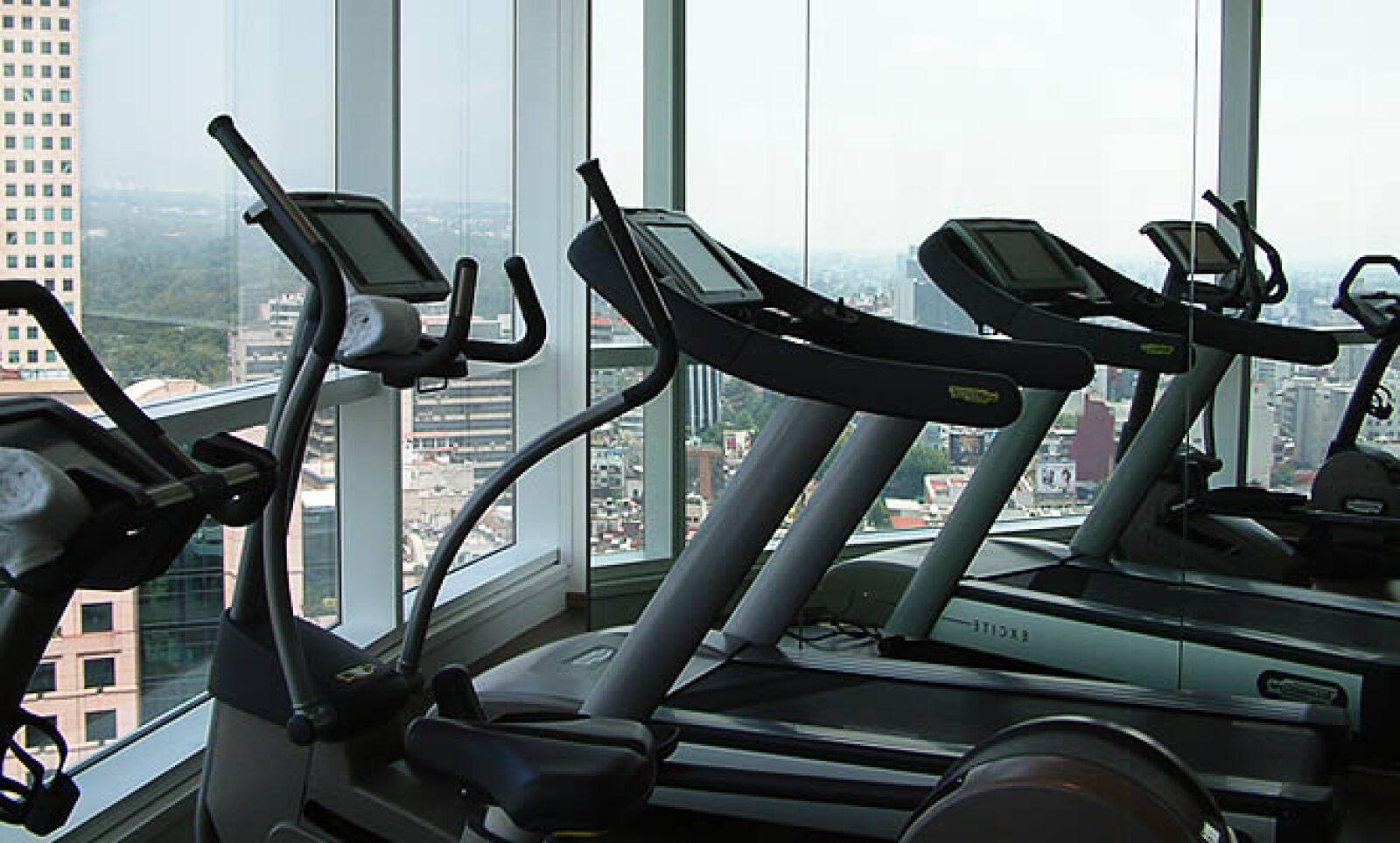 El Fitness Center también tiene vista panorámica, tiene además una barra de bebidas energéticas y rehidratantes.