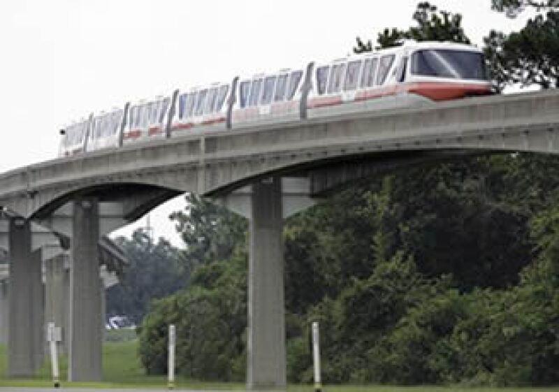 Un tren permanece detenido en una vía afuera del parque Walt Disney World, tras el accidente.  (Foto: AP)