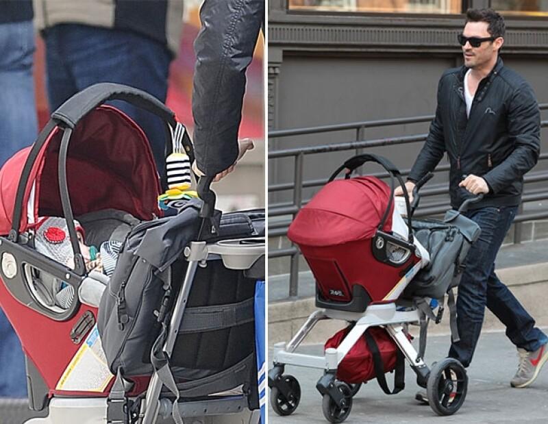 Durante una tarde de paseo del esposo de la actriz con el pequeño Noah,  los fotógrafos lograron captar el perfil del pequeño de medio año de edad, quien portaba un gorro y un chupón.