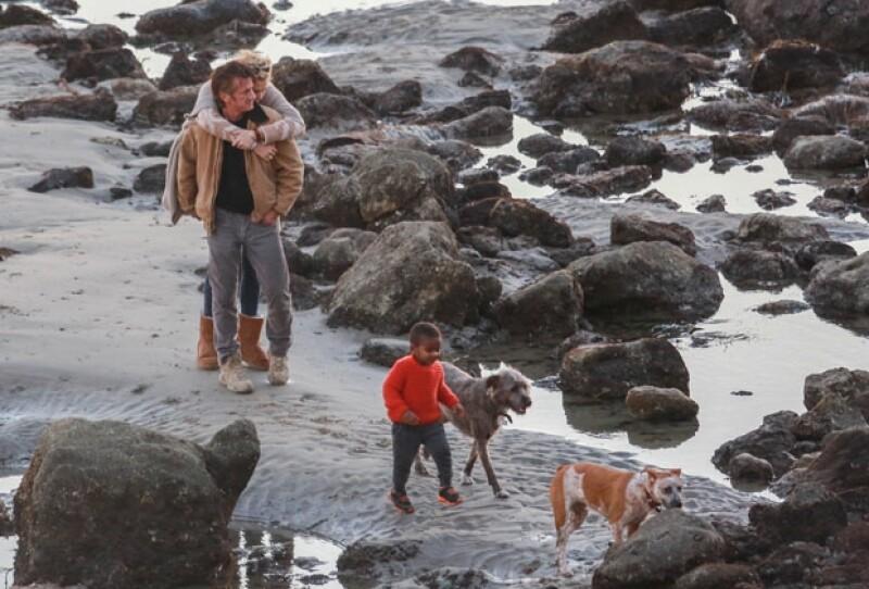 Charlize se mostró muy cariñosa con Sean, al abrazarlo por la espalda.
