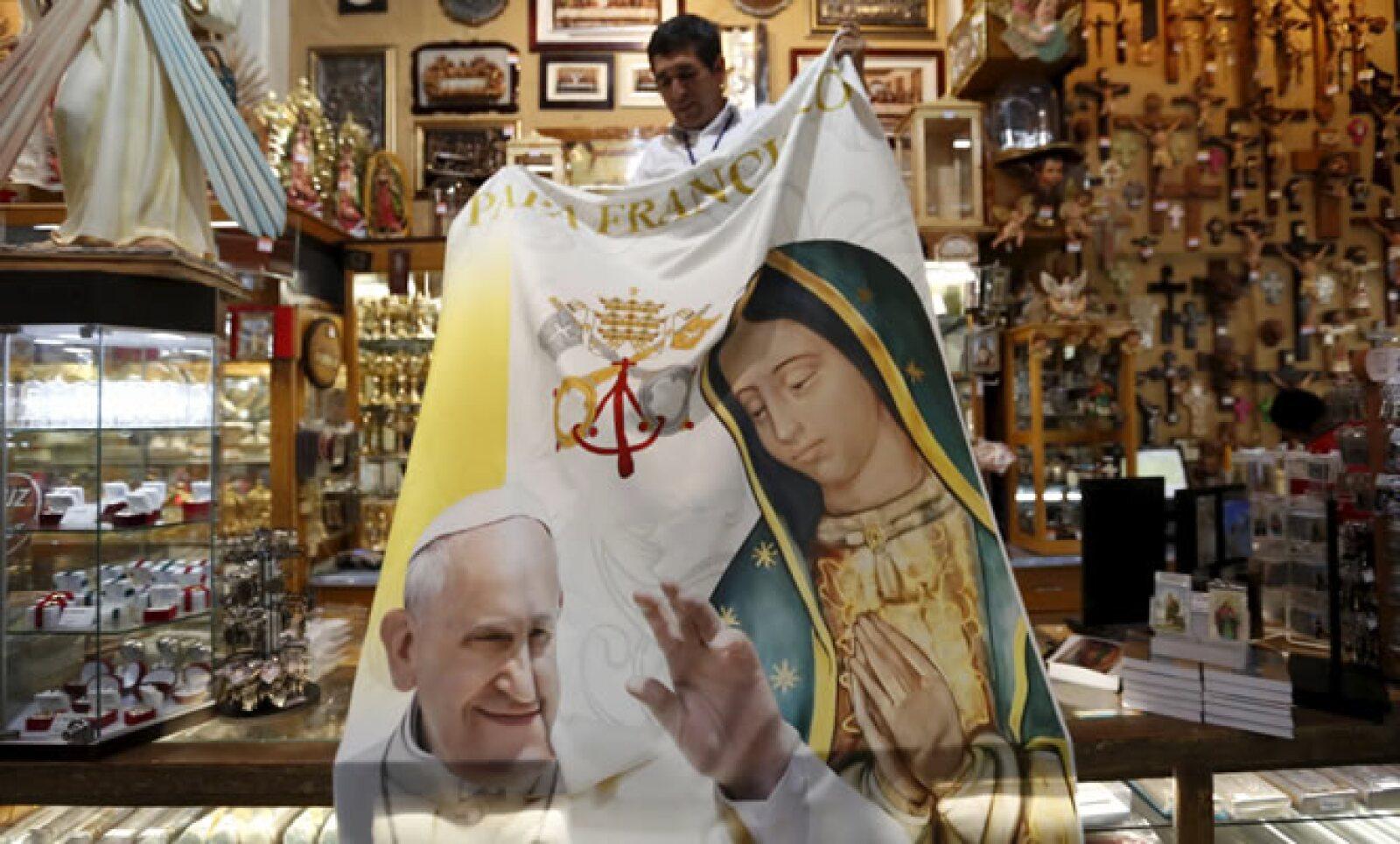 En algunos lugares se ven los pósters del papa junto a la Virgen de Guadalupe.