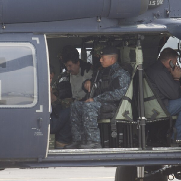 Agentes de la Marina subieron a Guzmán Loera a un helicóptero de la Policía Federal, para trasladarlo a un penal aunque no indicaron cual.