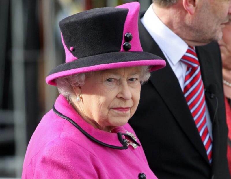 La reina de Inglaterra acudió a visitar a su esposo, el príncipe Felipe, luego de que fuera internado por una infección en la vejiga.
