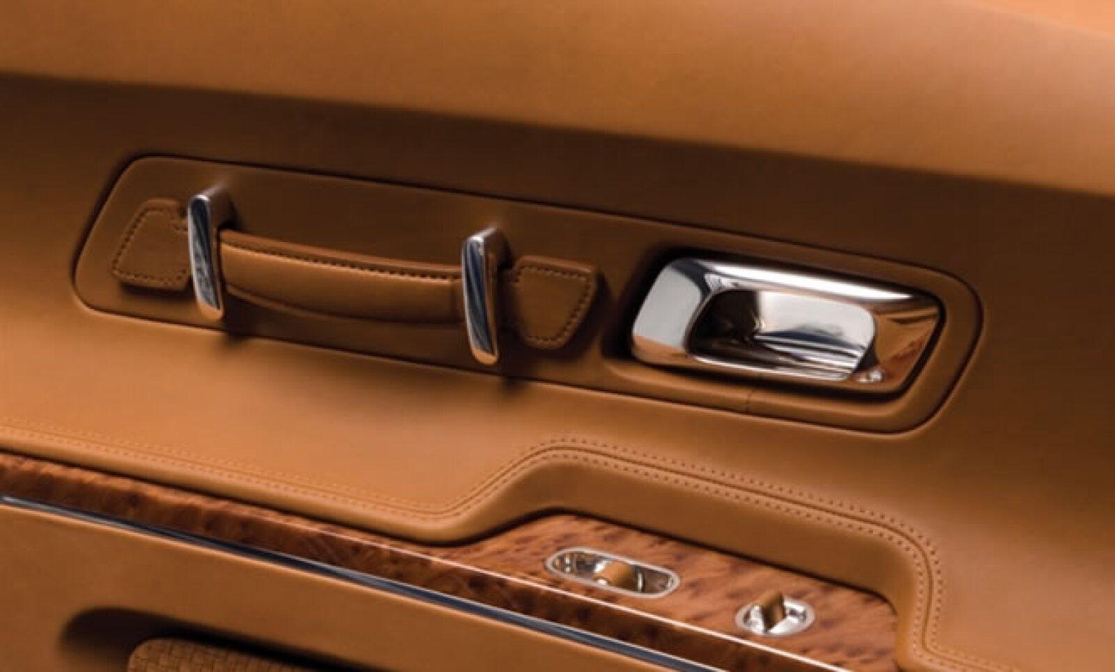 Diseño en piel y aluminio son los materiales recurrentes de la firma.